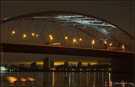 De van Brienenoordbrug bij nacht